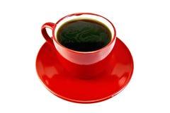 Kaffee in der roten Schale auf Untertasse Stockfotos