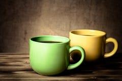 Kaffee in der Schale auf Holztisch gegenüber von einem defocused Leinwand backgr Stockfotografie