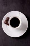 Kaffee in der weißen keramischen Schale Stockfoto