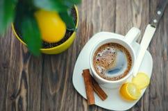 Kaffee in der weißen Schale auf Holztisch gegenüber von einem defocused backgro Stockfotos