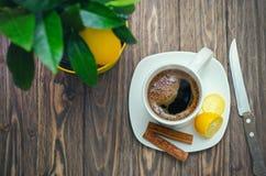 Kaffee in der weißen Schale auf Holztisch gegenüber von einem defocused backgro Lizenzfreies Stockbild