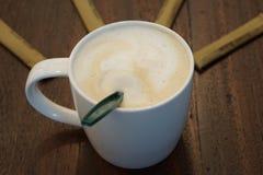 Kaffee in der weißen Schale mit braunem Zucker Stockfoto