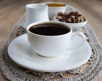 Kaffee in der weißen Schale mit Honig und Nüssen Lizenzfreie Stockfotografie