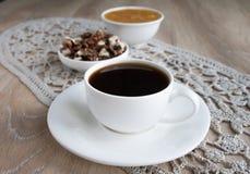 Kaffee in der weißen Schale mit Honig und Nüssen Lizenzfreies Stockfoto