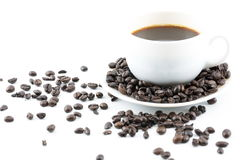 Kaffee in der weißen Schale und in den Kaffeebohnen Stockfotos