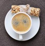 Kaffee in der weißen Schale und im Müsliriegel Stockfotos