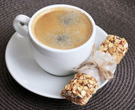 Kaffee in der weißen Schale und im Müsliriegel Lizenzfreies Stockbild