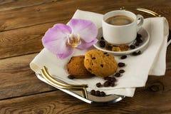 Kaffee diente mit Orchidee auf dem Umhüllungsbehälter Stockbild