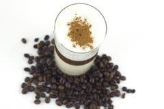 Kaffee in drei Farben und in Röstkaffeebohnen Stockbilder