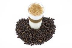 Kaffee in drei Farben und in Röstkaffeebohnen Lizenzfreie Stockbilder