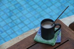 Kaffee durch das blaue Pool Lizenzfreie Stockfotografie