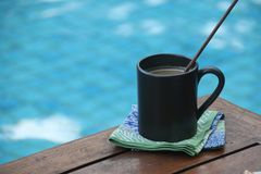 Kaffee durch das blaue Pool Lizenzfreie Stockfotos