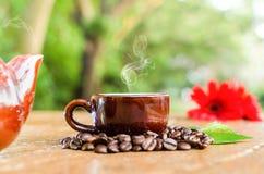 Kaffee in einem Becher u. in einem Kessel Stockfotografie