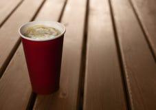 Kaffee in einem Papiercup lizenzfreie stockfotos