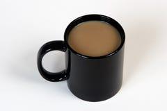 Kaffee in einem schwarzen Becher Stockbilder