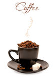 Kaffee in einem schwarzen Cup auf weißem Hintergrund Lizenzfreies Stockfoto
