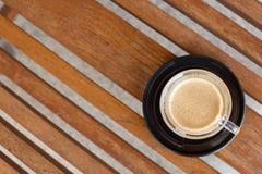 Kaffee in einem schwarzen keramischen Cup Stockbilder