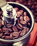 Kaffee in einer Kaffeemühle lizenzfreie stockfotografie