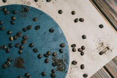 Kaffee in einer Reibe auf einem dunklen Hintergrund mit Sahne stockbilder