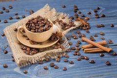 Kaffee in einer Schale auf dem Rausschmiß Lizenzfreies Stockfoto