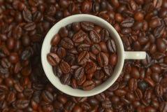 Kaffee in einer weißen Schale Stockfotos
