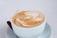 Kaffee in einer weißen Schale Lizenzfreies Stockfoto