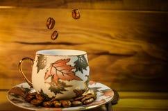 Kaffee fällt in die Schale Lizenzfreie Stockbilder