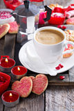 Kaffee für Valentinsgrußtag mit Plätzchen lizenzfreie stockfotos