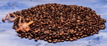 Kaffee f?r Inspirations- und Energiegeb?hr Getr?nk mit Koffein und Gew?rzen Beschaffenheit und Hintergrundkonzept Frische Kaffeet lizenzfreie stockfotos