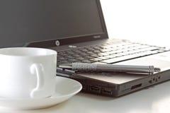 Kaffee, Feder und Laptop Lizenzfreie Stockfotos
