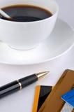 Kaffee, Feder und Scheckkarten Stockfotografie