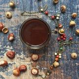 Kaffee flatlay mit Kastanien, Eichel und Fantasiebeeren forrest necklage lizenzfreie stockbilder