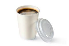 Kaffee in geöffnetem wegwerfbarem Cup Lizenzfreie Stockfotografie
