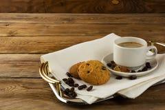 Kaffee gedient auf dem Umhüllungsbehälter Lizenzfreie Stockbilder