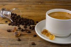 Kaffee gedient auf der Leinenserviette Lizenzfreies Stockfoto