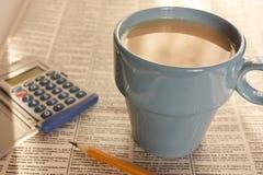 Kaffee gegen die Zeitung lizenzfreie stockbilder