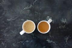 Kaffee gegen Tee Lizenzfreie Stockfotos