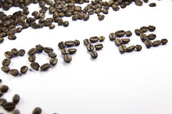 Kaffee geschrieben mit Kaffeebohnen Stockfotos