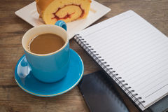 Kaffee gesetzt auf einen Bretterboden Lizenzfreie Stockfotos