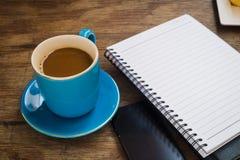 Kaffee gesetzt auf einen Bretterboden Lizenzfreies Stockfoto