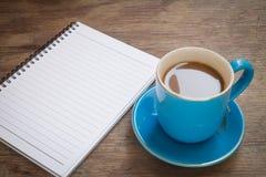 Kaffee gesetzt auf einen Bretterboden Stockbild