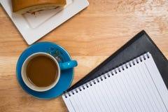 Kaffee gesetzt auf einen Bretterboden Stockfoto