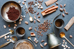 Kaffee, Gewürze und Metallplatten auf einem dunklen Hintergrund Stockbild