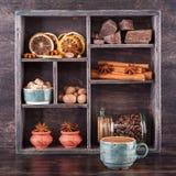 Kaffee, Gewürze und Schokolade. hölzerner Behälter Stockfoto