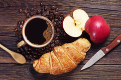 Kaffee, Hörnchen und Apfel stockbilder