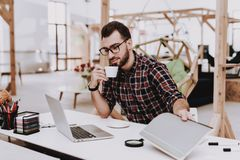 Kaffee heft projekt Laptop sit geistesblitz stockbilder