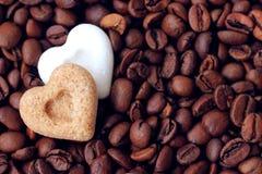 Kaffee, ich liebe dich! Kaffeebohnen und Zuckerherzen Lizenzfreie Stockfotos
