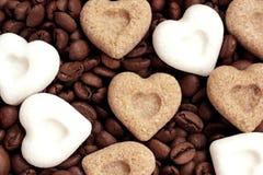 Kaffee, ich liebe dich! Kaffeebohnen und Zuckerherzen Lizenzfreie Stockbilder