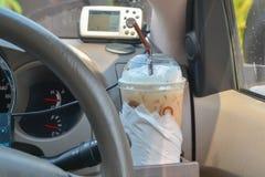 Kaffee im Auto stockfotos