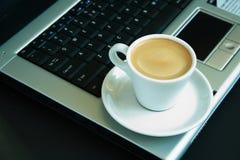 Kaffee im Büro lizenzfreies stockfoto
